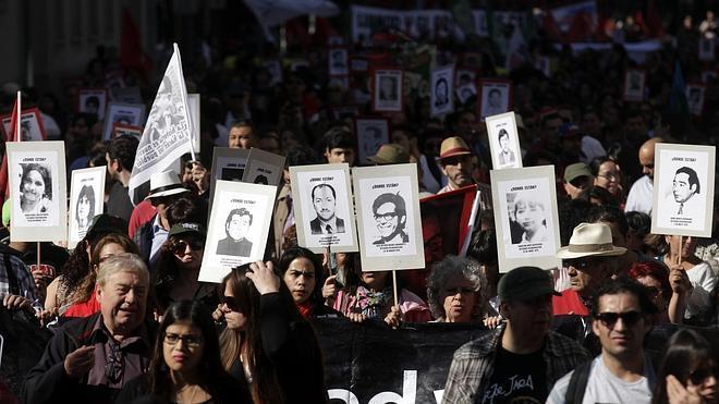 Miles de personas homenajean en Chile a las víctimas de la dictadura de Pinochet