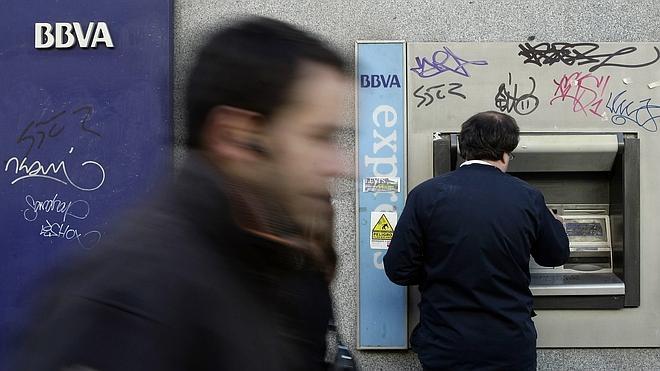 BBVA aplaza el cobro de dos euros en sus cajeros a quienes no sean sus clientes