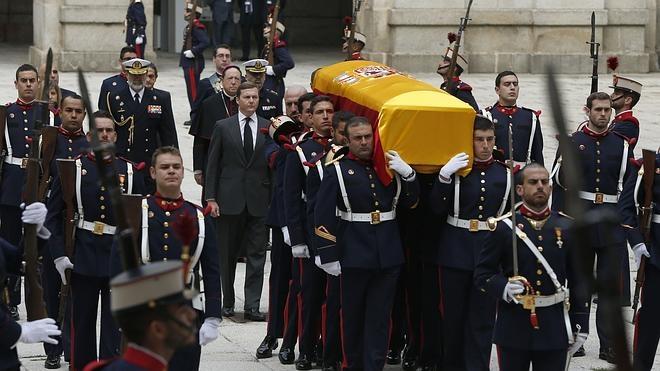 Los reyes Juan Carlos y Sofía visitan la capilla ardiente de Carlos de Borbón
