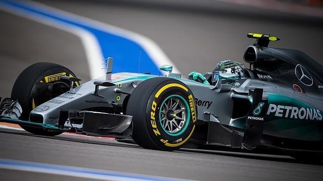 Una torpeza de Hamilton entrega la 'pole' a Rosberg