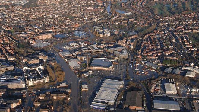 Cameron visita zonas inundadas del norte de Inglaterra mientras siguen las labores de rescate