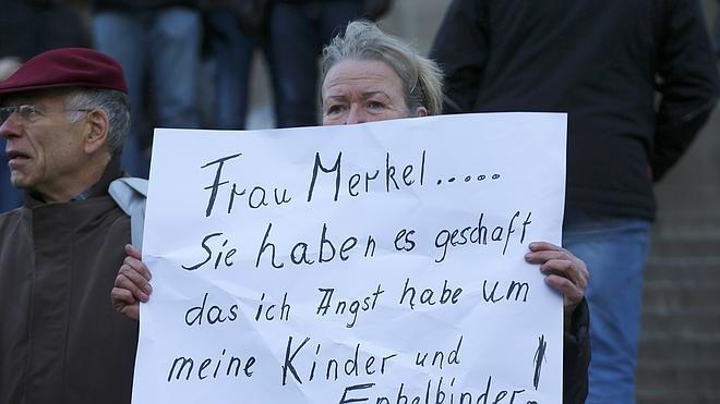 Merkel aboga por endurecer las reglas de expulsión de los refugiados condenados