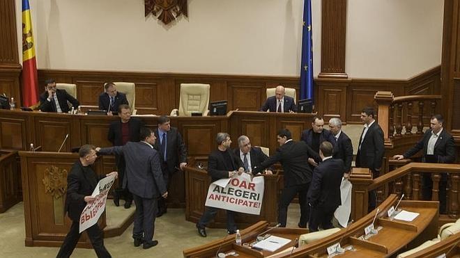 Un grupo de manifestantes asalta el Parlamento moldavo