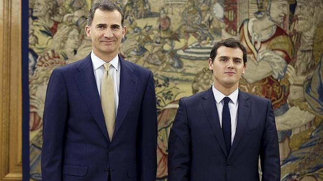 Rivera se ofrece al Rey para «desencallar» la actual situación de «guerra fría» entre PP y PSOE