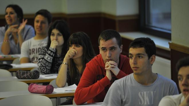 El riesgo de bajo rendimiento académico se triplica entre los alumnos de origen humilde