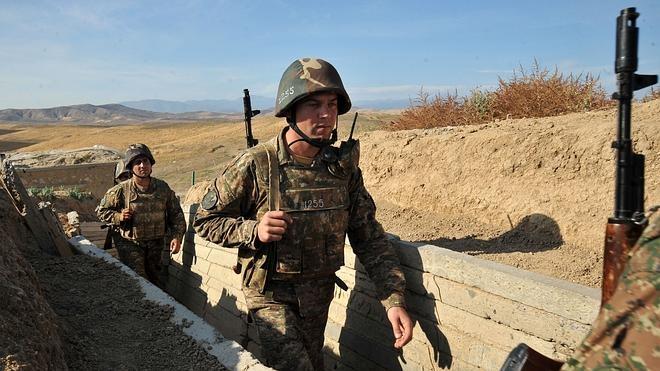 Armenios y azerbaiyanos mantienen fuertes choques armados en Nagorno-Karabaj