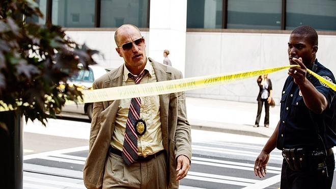 Woody Harrelson viste de nuevo el traje de detective decadente y alcohólico