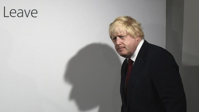 Boris Johnson mira de reojo a Downing Street