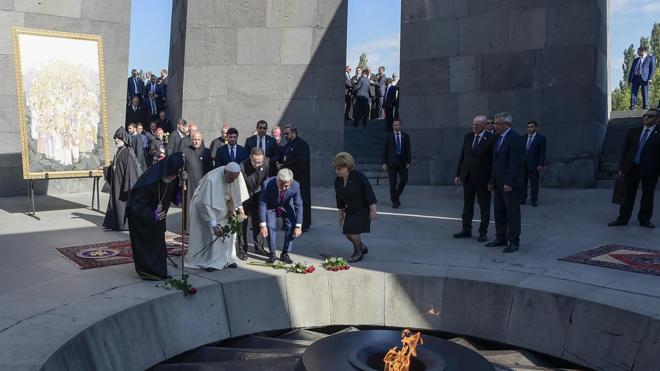 El Papa reza ante el Memorial por las víctimas del genocidio armenio