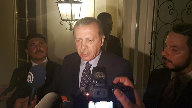 Erdogan envía un mensaje de móvil a los turcos pidiendo que defiendan la democracia