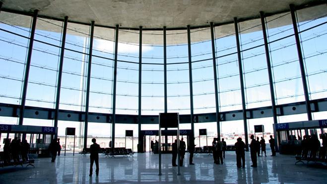 Un hombre muere poco antes de que despegara su avión en Valencia