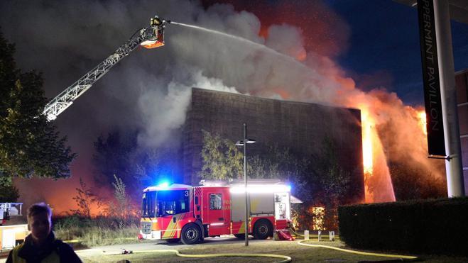 Las llamas consumen el antiguo pabellón español de la Expo de Hannover
