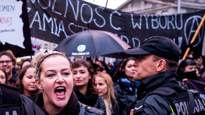 Las protestas masivas tumban la iniciativa para prohibir el aborto en Polonia