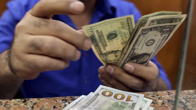 El banco central de Egipto anuncia que dejará fluctuar el precio de su moneda