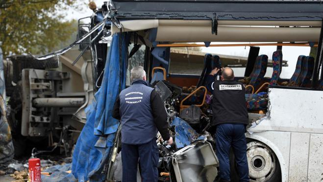 Un muerto y dos heridos graves en el accidente de un autocar escolar en Francia