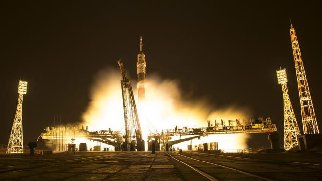 La nave rusa Soyuz MS-03 llega a la Estación Espacial Internacional con tres astronautas a bordo