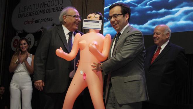 El regalo de una muñeca hinchable a un ministro desata en Chile una lluvia de reproches