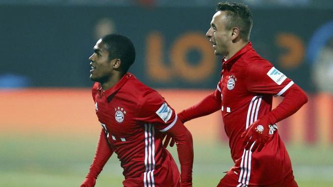 Douglas Costa salva al Bayern ante el colista