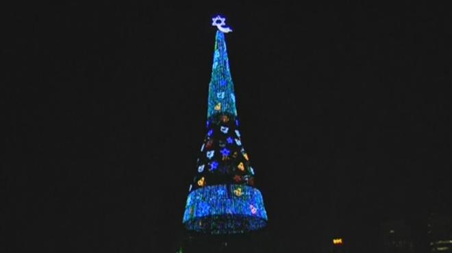 El árbol de Navidad artificial más alto del mundo está en Sri Lanka