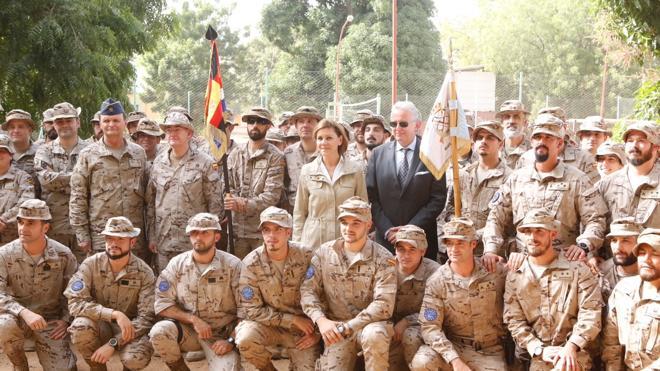 Cospedal despide el año visitando a las tropas españolas destacadas en Mali y Senegal