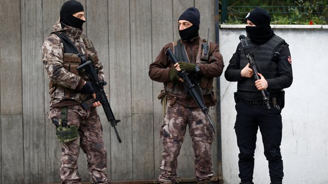 Ordenan la detención de 105 esposas de militares turcos por vínculos golpistas