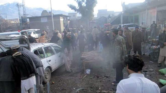 Aumentan a 25 los muertos por una explosión en un mercado de Pakistán