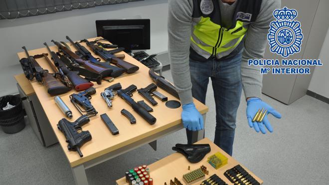 Cae un grupo en Barcelona que poseía un arsenal con armas de guerra destinado a traficar