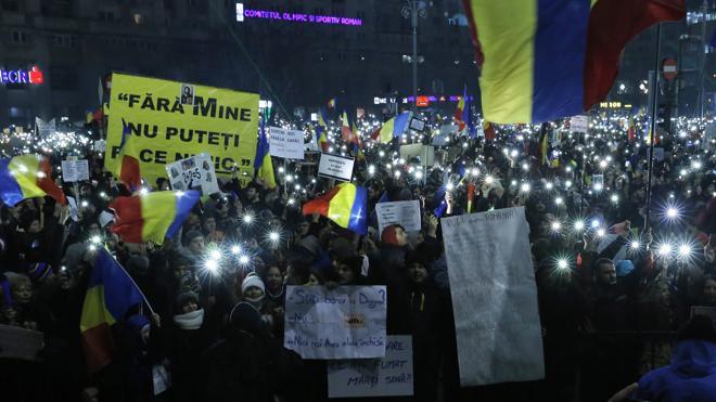 Medio millón de rumanos protestan contra el Gobierno pese a la retirada del decreto