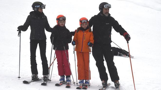 Los Reyes esquían con sus hijas en Huesca