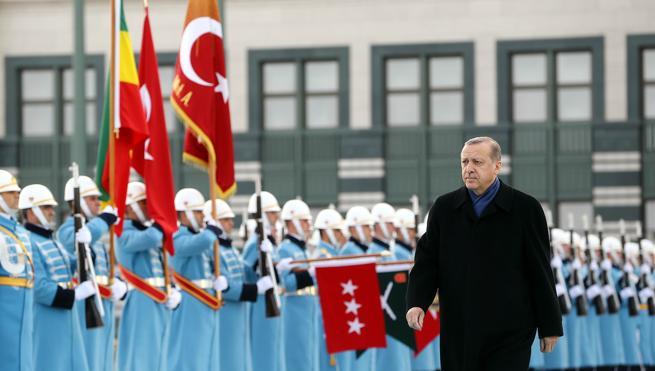 El Gobierno turco expulsa a 4.000 funcionarios de la carrera por golpismo