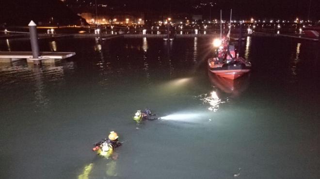 Fallecen dos jóvenes al caer su coche al mar en el puerto deportivo de Laredo