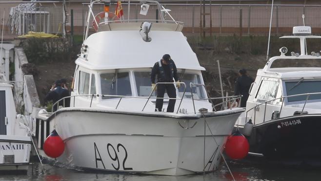 Un barco de la Armada inspecciona el Guadalquivir en busca de Marta del Castillo