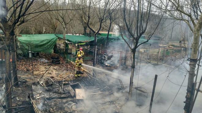 El fuego destruye 16 caravanas en un camping de Cáceres
