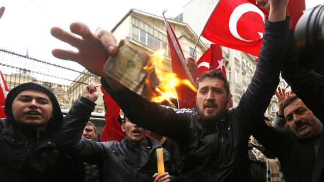 Erdogan advierte a Holanda que «pagará caro» haber expulsado a una ministra turca