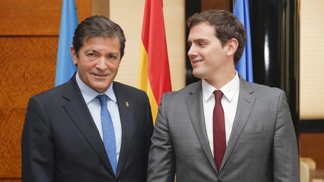 Rivera y Fernández califican al PP de «irresponsable» por mantener a Sánchez