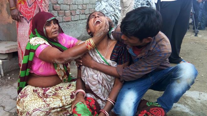 El derrumbe de un muro durante una boda en la India deja al menos 24 muertos