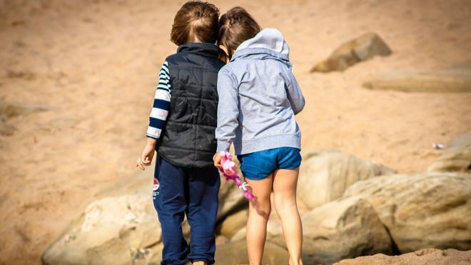 Sí existen sesgos de género en el comportamiento hacia los hijos pequeños