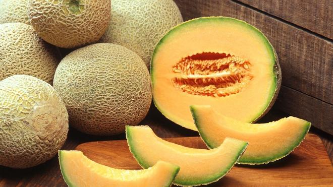 Venden dos melones por 12.000 euros en una subasta en Japón