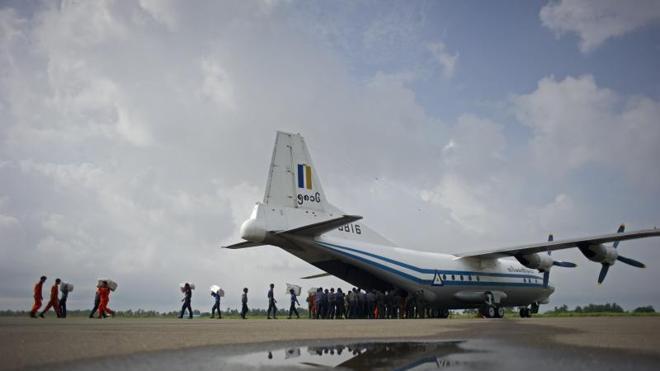 Hallan restos del avión birmano desaparecido con más de 100 personas a bordo