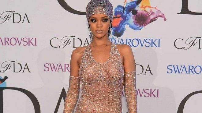 Rihanna semidesnuda, con un vestido transparente en la alfombra roja de los CFDA