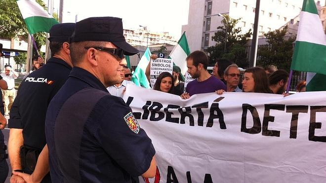 Libertad con cargos para los tres detenidos por el ultraje a la bandera de España