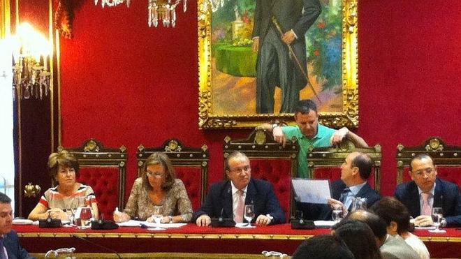 La capital aprueba el plan financiero hasta 2015 en un pleno sin Torres Hurtado