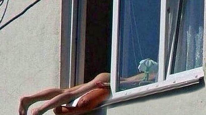 Una mujer que tomaba el sol desnuda en su ventana provoca un accidente
