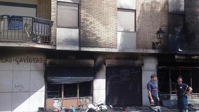 """Extinguido el incendio que ha dejado """"siniestro total"""" una tienda de Salobreña"""