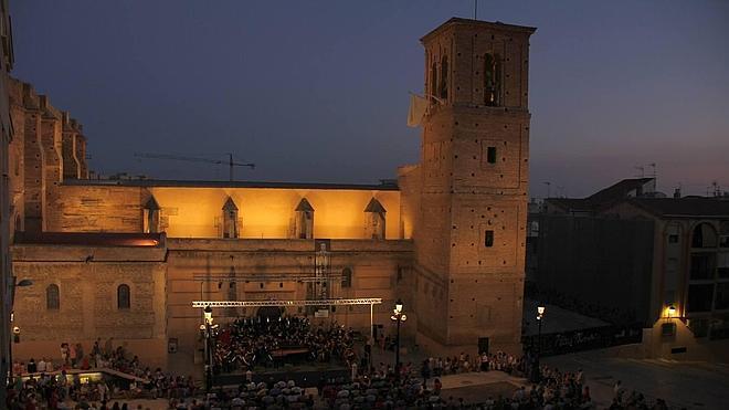 La Joven Orquesta del Sur de España cierra el festival 'Rey Balduino' con un apoteósico concierto en la plaza de la Libertad