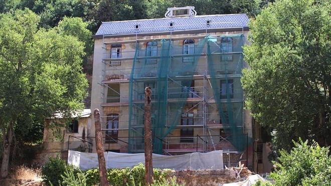 El hotel Reúma sale de su abandono con los primeros trabajos de mantenimiento