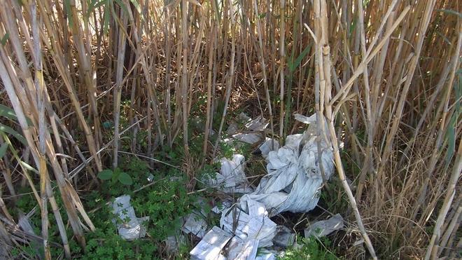La Policía de Salobreña halla 550 recibos de basura sin cobrar tirados en un descampado