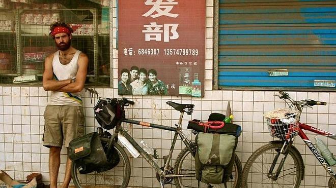 Recorre más de 69.000 kms montando bicicleta y visita 61 países en 4 años