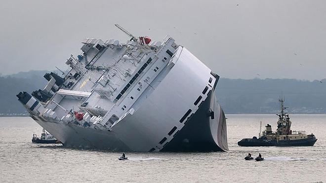 Naufraga un barco de 52.000 toneladas con 1.400 coches de lujo como Jaguar, Land Rover y Rolls Royce