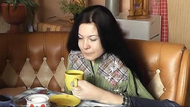 La lección de vida de una joven rusa sin brazos que cocina, dibuja y borda a diario